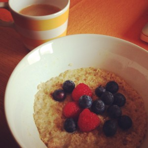 Mingau de aveia com leite de soja light e frutas vermelhas é meu café da manhã preferido